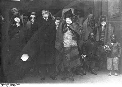 Berlin, Ankunft von Schwarzafrikanern, black-and-white photograph, April 1931, unknown photographer; source: Deutsches Bundesarchiv (German Federal Archive), Bild 102-11560, wikimedia commons, http://commons.wikimedia.org/wiki/File:Bundesarchiv_Bild_102-11560,_Berlin,_Ankunft_von_Schwarzafrikanern.jpg.