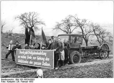 Kurbjuhn: Landwirtschaftliche Produktionsgenossenschaft Drakendorf, Schwarz-weiß-Photographie, 1953; Bildquelle: Deutsches Bundesarchiv, Bild 183-18524-0003, http://www.bild.bundesarchiv.de/cross-search/search/_1328881679/?search[view]=detail&search[focus]=128.