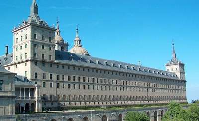 Real Sitio de San Lorenzo de El Escorial, Südfassade, Farbphotographie, unbekannter Photograph; Bildquelle: Wikimedia Commons, http://commons.wikimedia.org/wiki/File:Ventana2.jpg?uselang=de
