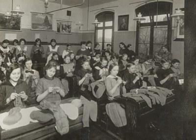 Schulmädchen stricken für die Front, 1917–1918