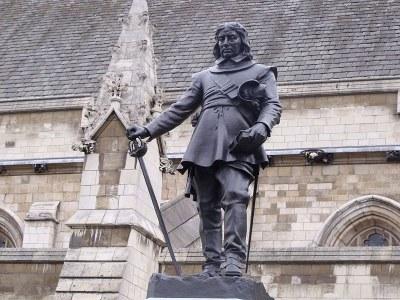 Hamo Thornycroft (1850 - 1925), Statue of Oliver Cromwell outside the Palace of Westminster, 1829, Farbfotografie von 2009, Fotograf: Elliott Brown. Bildquelle: Wikimedia Commons, https://en.wikipedia.org/wiki/File:Statue_of_Oliver_Cromwell_outside_the_Palace_of_Westminster.jpg, gemeinfrei.