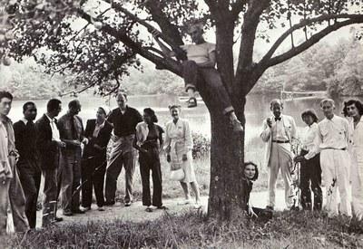 Mitglieder der Black Mountain College, Schwarz-Weiß-Photographie, 1946, unbekannter Photograph; Bildquelle: State Archives of North Carolina, Collection: Black Mountain College; Photographs; Folder 10.1, http://www.archives.ncdcr.gov/bmc_web_page/bmc4.htm.