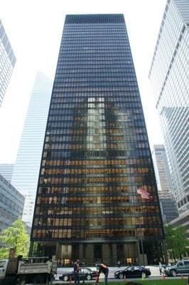 Das Seagram Building von Ludwig Mies van der Rohe (1886–1969) und Philip Johnson (1906–2005) in New York City, Farbphotographie, 2008 Photograph: Noroton; Bildquelle: Wikimedia Commons, http://commons.wikimedia.org/wiki/File:NewYorkSeagram_04.30.2008.JPG, gemeinfrei.