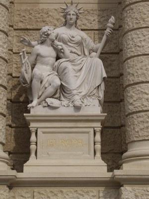 Carl Kundmann (1838–1919), Erdteilallegorie Europa, Skulptur, Haupteingang des Naturhistorischen Museums in Wien (eröffnet 1889), ohne Datum [um 1889], Farbphotographie, Photograph: Wolfgang Schmale; Bildquelle: Privatbesitz.