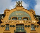 "Obere Fassade des ""Grand Hotel Europa"" in Prag (erbaut 1889/1903–1905), Václavské náměstí 25, Farbphotographie, 2007, unbekannter Photograph; Bildquelle: wikimedia commons, http://commons.wikimedia.org/wiki/File:GrandHotelEuropaPrag.JPG. This file is licensed under the Creative Commons Attribution-Share Alike 3.0 Unported, 2.5 Generic, 2.0 Generic and 1.0 Generic license."