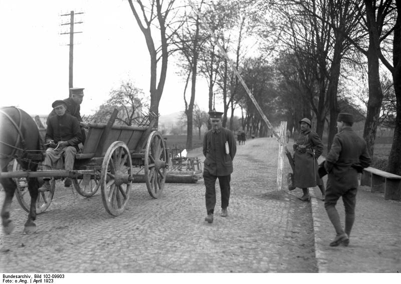 Wachposten an der Grenze des besetzten Ruhrgebietes bei Limburg an der Lahn, Deutschland, schwarz-weiß Photographie, April 1923, unbekannter Photograph; Bildquelle: Deutsches Bundesarchiv (German Federal Archive), Bild 102-09903; wikimedia commons http://commons.wikimedia.org/wiki/File:Bundesarchiv_Bild_102-09903,_Ruhrbesetzung,_Grenze_bei_Limburg.jpg?uselang=de.  lizensiert unter Creative Commons Attribution ShareAlike 3.0 Germany.