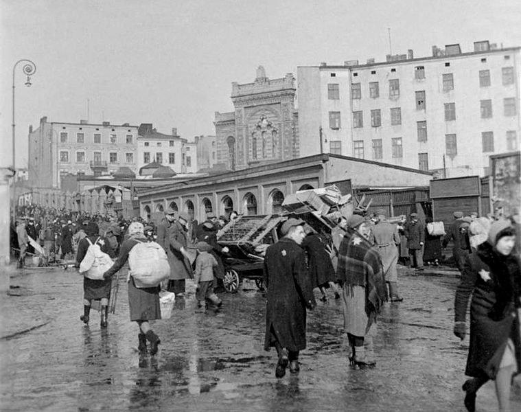 """Originalbildunterschrift: """"Wartheland: Lodsch, Umzug der Juden ins Ghetto"""", Schwarz-Weiß-Photographie, März 1940, Photograph: Dr. Gauss; Bildquelle: Deutsches Bundesarchiv (German Federal Archive), R 49 Bild-0131, Wikimedia Commons, http://commons.wikimedia.org/wiki/File:Bundesarchiv_Bild_137-051639A,_Polen,_Ghetto_Litzmannstadt,_Deportation.jpg?uselang=de."""