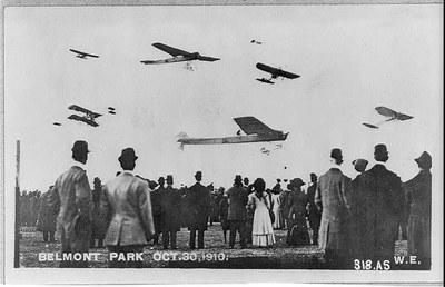Amerikanische Flugschau, Belmont Park, New York 30. Oktober 1910, unbekannter Photograph, Bildquelle: Library of Congress Prints and Photographs Division Washington (Reproduction Number: LC-USZ62-45022), http://www.loc.gov/pictures/resource/cph.3a45232/