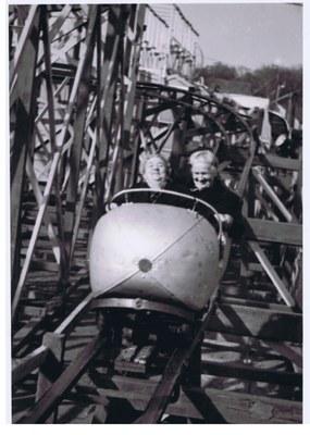 """Zwei Fahrgäste der """"Rigi-Turmbahn"""" des Bremer Ingenieurs und Schaustellers Sieboldt, nach 1925, Bildquelle: Markt- und Schaustellermuseum Essen"""