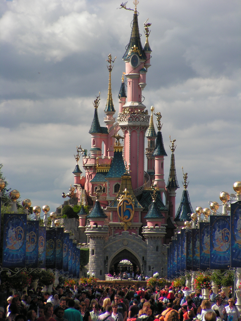 Phantasieschloss im Disneyland Resort Paris, Farbphotographie 2008, unbekannter Photograph; Bildquelle: wikimedia commons,  http://commons.wikimedia.org/wiki/File:11-04-08_-_Disneyland_Paris_Resort_(3).JPG. licensed under the Creative Commons Attribution ShareAlike 3.0 License.