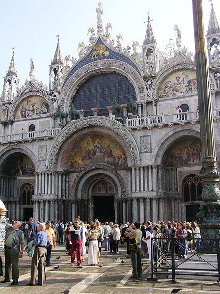 Touristen auf dem Markusplatz in Venedig, Farbphotographie, 2003, Photograph: Tomáš Páv; Bildquelle: wikimedia commons,  http://commons.wikimedia.org/wiki/File:Venezia_S_Marco.jpg.