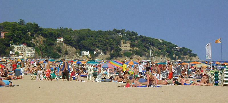 Touristen am Strand von Lloret de Mar an der spanischen Costa Brava, Farbphotographie, o. J. [ca. 2005], unbekannter Photograph; Bildquelle: wikimedia commons, http://de.wikipedia.org/w/index.php?title=Datei:Strand.jpg&filetimestamp=20050709102446 licensed under the Creative Commons Attribution 3.0 Unported license.