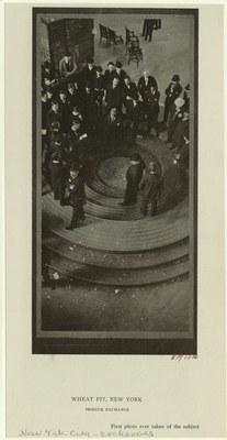Wheat Pit, New York, Produce Exchange, Schwarz-weiß-Photographie, 1906, unbekannter Photograph; Bildquelle: NYPL Digital Gallery, Image ID: 801562, http://digitalgallery.nypl.org/nypldigital/id?801562.