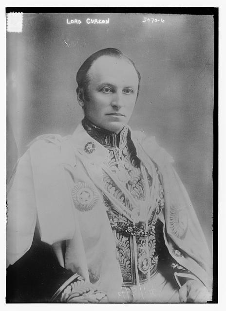Portrait Lord George Curzon (1859–1925), schwarz-weiß Photographie, o. J. [zwischen 1898 und 1905], unbekannter Photograph, Bain News Service publisher; Bildquelle: Library of Congress, Prints and Photographs Division http://hdl.loc.gov/loc.pnp/ggbain.16113, DIGITAL ID: (digital file from original neg.) ggbain 16113 http://hdl.loc.gov/loc.pnp/ggbain.16113.