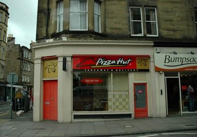 "Ein ""Pizza Hut"" Fast-Food-Restaurant in Edinburgh, Farbphotographie, Großbritannien, 2006, Photograph: Kjetil Bjørnsrud; Bildquelle: wikimedia commons, http://commons.wikimedia.org/wiki/File:Harrypotter_edinburgh.jpg.   This file is licensed under the Creative Commons Attribution-Share Alike 3.0 Unported license."