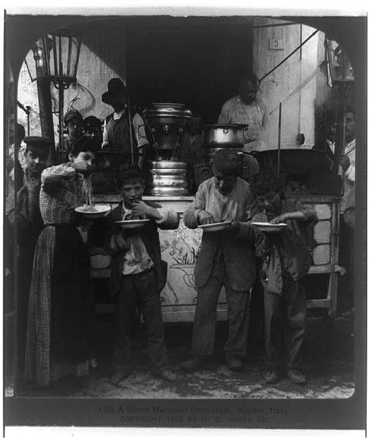 """A street macaroni restaurant, Naples, Italy"", Stereograph einer schwarz-weiß Photographie, ohne Datum [ca. 1903], unbekannter Photograph; Bildquelle: Library of Congress, Prints and Photographs Division Washington, http://hdl.loc.gov/loc.pnp/cph.3b39517."