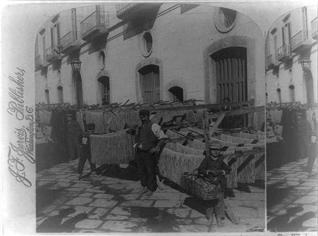 """Our wholesome macaroni drying in the dirty streets of Naples, Italy"", Stereograph einer schwarz-weiß Photographie, ohne Datum [ca. 1897], unbekannter Photograph; Bildquelle: Library of Congress, Prints and Photographs Division Washington, http://hdl.loc.gov/loc.pnp/cph.3b39540."