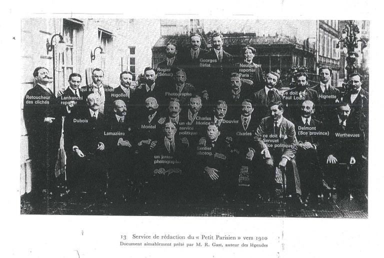 """Foto der zahlreichen Redaktionsmitglieder des """"Petit Parisien"""" um 1910"""