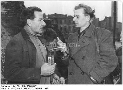Rundfunkreporter beim Interview 1952 IMG