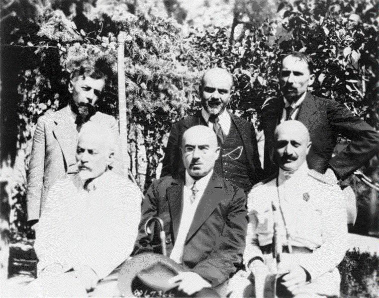 Kabinett der Republik Armenien, Schwarz-Weiß-Photographie, Armenien 1919, unbekannter Photograph; Bildquelle: Library of Congress, Prints and Photographs Division Washington, http://hdl.loc.gov/loc.pnp/cph.3c02032.