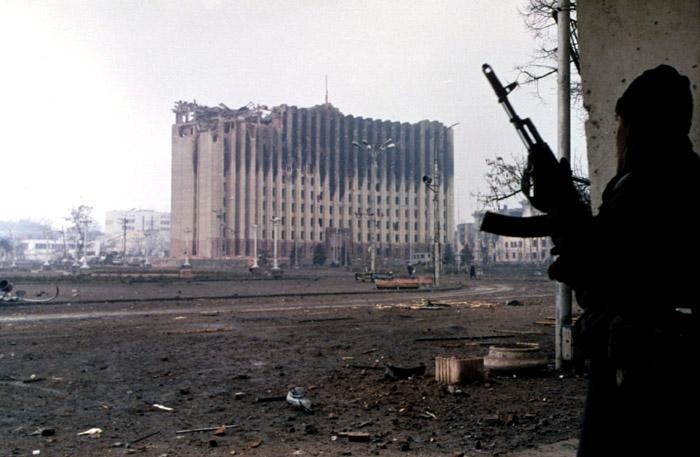 Tschetschenienkrieg, Farbphotographie, 1995, Photograph: Mikhail Evstafiev; Bildquelle: wikimedia commons, http://commons.wikimedia.org/wiki/File:Evstafiev-chechnya-palace-gunman.jpg.  Creative Commons Attribution-Share Alike 3.0 Unported