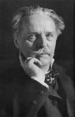 Erwin Raupp (1863–1931): Karl May (1842–1912),Schwarz-weiß-Photographie, 1907; Bildquelle: Wikimedia Commons, http://commons.wikimedia.org/wiki/File:KarlMay_Raupp.jpg?uselang=de. Creative Commons Attribution ShareAlike 3.0 Germany.