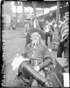 Chicago Daily News Photographers: William Frederick (Buffalo Bill) Cody (1846–1917) sitting in a chair in front of grandstand seating in Cub's ballpark, Chicago, Schwarz-weiß-Photographie, 1916; Bildquelle: Library of Congress, http://hdl.loc.gov/loc.ndlpcoop/ichicdn.n066930.