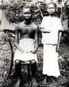 """Two youths from the Equator District"", Schwarz-Weiß-Photographie, ca. 1904, Photographin: Alice Harris / Anti-Slavery International; Bildquelle: Twain, Mark: King Leopold's Soliloquy: A Defense of His Congo Rule, 2. Aufl., Boston 1905, wikimedia commons http://en.wikipedia.org/wiki/File:Amputated_Congolese_youth.jpg, gemeinfrei."