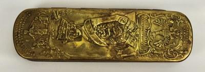 Johann Heinrich Hamer, Iserlohner Tabaksdose oder Friedrichsdose, Kupfer und Messing, 16 x 4,5 x 3 cm, 1758; Bildquelle: Museum Weißenfels - Schloss Neu-Augustusburg, Museum DigitalSachsen-Anhalt, CC BY-NC-SA 4.0, http://creativecommons.org/licenses/by-nc-sa/4.0/.