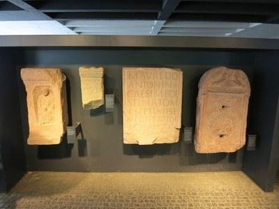Römische Fundstücke vor dem Eingang zu den Römischen Badruinen IMG