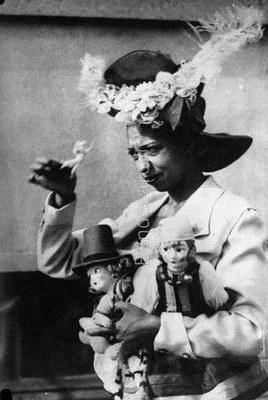 Georg Pahl, Paris, Théâtre des Champs-Élysées, Josephine Baker mit Puppen, black-and-white photograph, 1925; source: Deutsches Bundesarchiv, Bild 102-01911, http://www.bild.bundesarchiv.de/archives/barchpic/view/13434024.