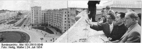 Walter Heilig, Besuch des Ministerpräsidenten und Ministers für Auswärtige Angelegenheiten der Volksrepublik China Tschou En-lai in Berlin, black-and-white photograph, 1954; source: Deutsches Bundesarchiv Bild 183-25615-0049, http://www.bild.bundesarchiv.de/archives/barchpic/view/1104125.