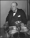Winston Churchill (1874–1965), Schwarz-Weiß-Photographie, 1943, unbekannter Photograph; Bildquelle: © Franklin D. Roosevelt Presidential Library and Museum [http://docs.fdrlibrary.marist.edu/wwphotos.html], Photos of World War II, http://docs.fdrlibrary.marist.edu/images/photodb/23-0201a.gif.