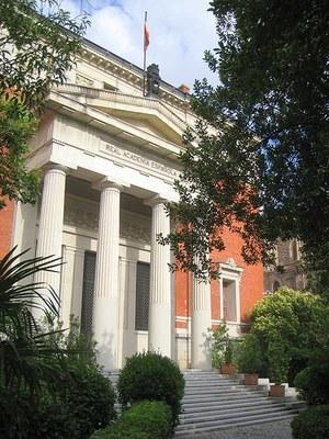 Gebäude der Real Academia Española in Madrid, Farbphotographie, 2009, Photograph: Daderot; Bildquelle: Wikimedia Commons, http://commons.wikimedia.org/wiki/File:Real_Academia_Espa%C3%B1ola,_Madrid_-_view_2.JPG, gemeinfrei.