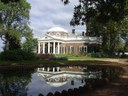 Villa Monticello, Farbphotographie, 2005, Photograph: Matt Kozlowski; Bildquelle: Wikimedia Commons, http://commons.wikimedia.org/wiki/File:Monticello_reflected.JPG  Creative Commons Attribution-Share Alike 3.0 Unported license.
