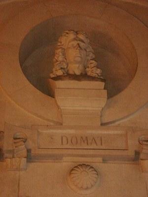 Jean Domat (1625–1696), Büste in der juristischen Fakultät der Universität Paris I-Panthéon à Paris, unbekannter Künstler, Farbphotographie 2008, Photograph: heurtelions; Bildquelle: Wikimedia Commons, http://commons.wikimedia.org/wiki/File:Jean_Domat_05295.jpgCreative Commons Attribution-Share Alike 3.0 Unported