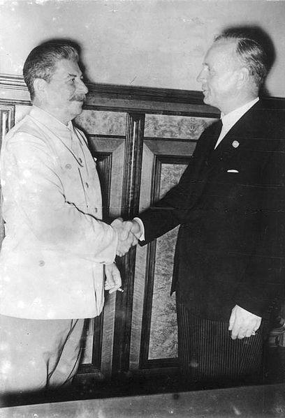 """""""Moskau, Stalin und Ribbentrop im Kreml"""", schwarz-weiß Photographie, 23. August 1939, unbekannter Photograph; Bildquelle: Deutsches Bundesarchiv (German Federal Archive), Bild 183-H27337, wikimedia commons, http://commons.wikimedia.org/wiki/File:Bundesarchiv_Bild_183-H27337,_Moskau,_Stalin_und_Ribbentrop_im_Kreml.jpg. This file is licensed under the Creative Commons Attribution-Share Alike 3.0 Germany license."""