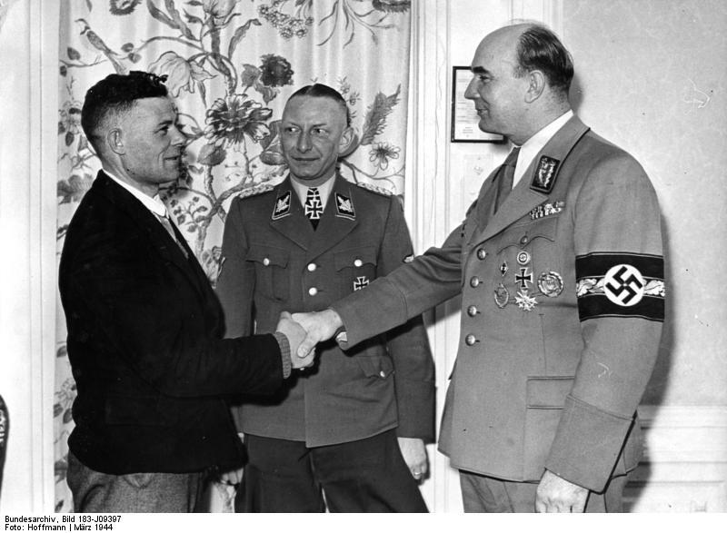"""Begrüßung des """"Millionsten Umsiedler"""" durch den """"Reichsleiter Warthegau"""" 1944 IMG"""