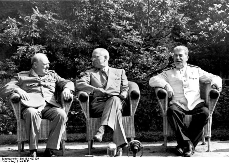 """""""Potsdamer Konferenz, Churchill, Truman, Stalin"""", schwarz-weiß Photographie, Deutschland, 1945, unbekannter Photograph; Bildquelle: Deutsches Bundesarchiv (German Federal Archive), Bild 183-H27035, wikimedia commons, http://commons.wikimedia.org/wiki/File:Bundesarchiv_Bild_183-H27035,_Potsdamer_Konferenz,_Churchill,_Truman,_Stalin.jpg."""