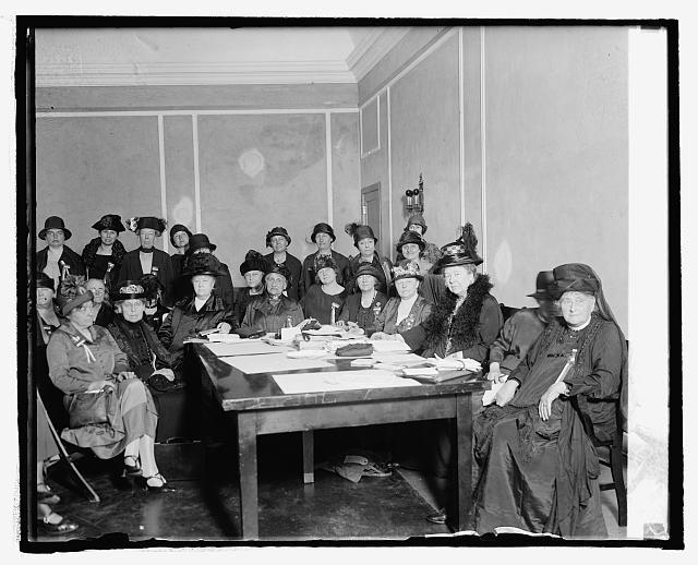 http://hdl.loc.gov/loc.pnp/npcc.13447; Executive Council des International Council of Women, 4. Mai 1925: Dritte von rechts (sitzend) die Präsidentin des ICW, Lady Aberdeen; schwarz-weiß Photographie 4. Mai 1925; Bildquelle: Library of Congress, National Photo Company Collection; DIGITAL ID: (digital file from original) npcc 13447 http://hdl.loc.gov/loc.pnp/npcc.13447.
