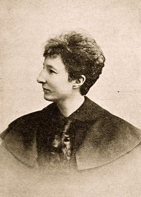 Dr. Anita Augspurg (1857–1943), black-and-white photograph, 1902, photographer: Sophie Goudstikker (1865–1924), Atelier Elvira; source: portrait.kaar.at, http://portrait.kaar.at/Verschiedene%2019.Jhd/image20.html.