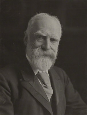 James Bryce, 1st Viscount Bryce, Schwarz-Weiß-Photographie,  204 mm x 156 mm, 1913, Photograph: Reginald Haines; Bildquelle: National Portrait Gallery, NPG x134975, http://www.npg.org.uk/collections/search/portrait/mw209142/James-Bryce-1st-Viscount-Bryce?LinkID=mp00610&role=sit&rNo=11, Creative Commons Attribution-NonCommercial-NoDerivs 3.0 Unported, http://creativecommons.org/licenses/by-nc-nd/3.0/.