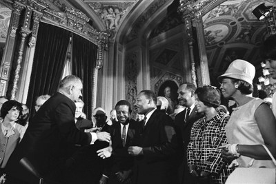 Signing of the Voting Rights Act, President's Room, U.S. Capitol, Washington, DC, Schwarz-Weiß-Photographie, 6. August 1965, Photograph: Yoichi Okamoto; Bildquelle: The Lyndon Baines Johnson Presidential Library, A1030-17a, http://www.lbjlibrary.net/collections/photo-archive/photolab-detail.html?id=222, gemeinfrei.