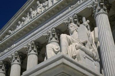 """Portal des Obersten Gerichtshofs der USA mit der Inschrift """"EQUAL JUSTICE UNDER LAW"""", Supreme Court on Capitol Hill, Washington, DC., Farbphotographie, Photograph: Ken Hammond; Bildquelle: USDA, Image Number: 98cs1441 or CD1857-41, Wikimedia Commons, http://commons.wikimedia.org/wiki/File:Supreme_Court2.jpg, gemeinfrei."""