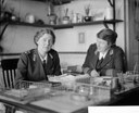Dame Rachel Crowdy, a commandant of the VAD [Voluntary Aid Detachment] and her assistant Miss Monica Glazebrook in their office at the Hotel Christol, Boulogne, Schwarz-Weiß-Photographie, 1919, Photographin: Olive Edis; Bildquelle: © IWM (Q 7978), http://www.iwm.org.uk/collections/item/object/205194661, IWM Non Commercial Licence, http://www.iwm.org.uk/corporate/privacy-copyright/licence.